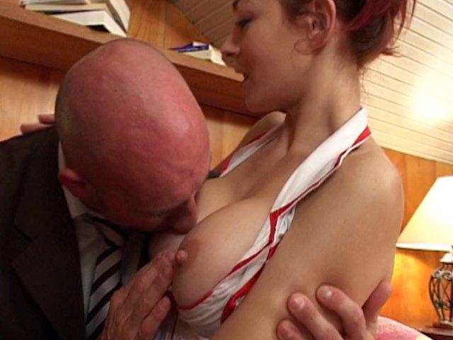Femme rouquine coquine en tenue d'infirmière pour son casting porno !