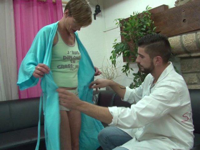Femme Cougar sodomisée lors d'une consultation médicale