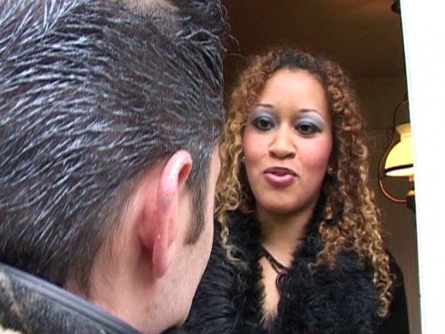 Sexe avec une prof en lunettes doublement sodomisée sur une voiture