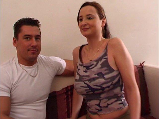 Brunette aux gros seins fait l'amour