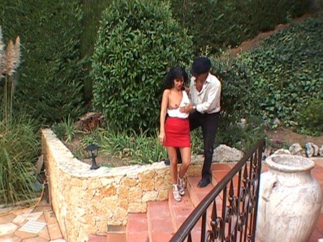 Bourgeoise baisée en extérieur par son jardinier