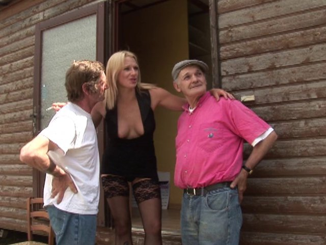 Porno dans un château avec une jolie blonde ultra sexy