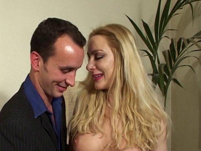 Une salope française sexy baise avec une stars du X