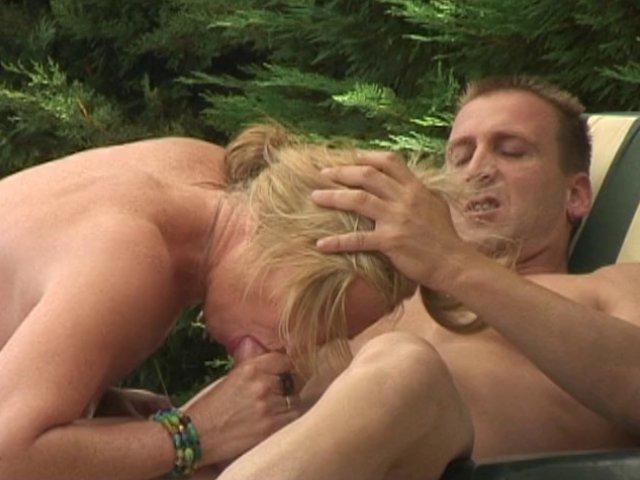 Trois blondes lesbiennes à gros seins