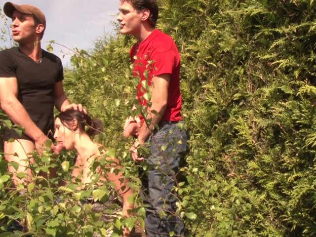 Mylene heureuse de baiser dans les hautes herbes avec deux mecs