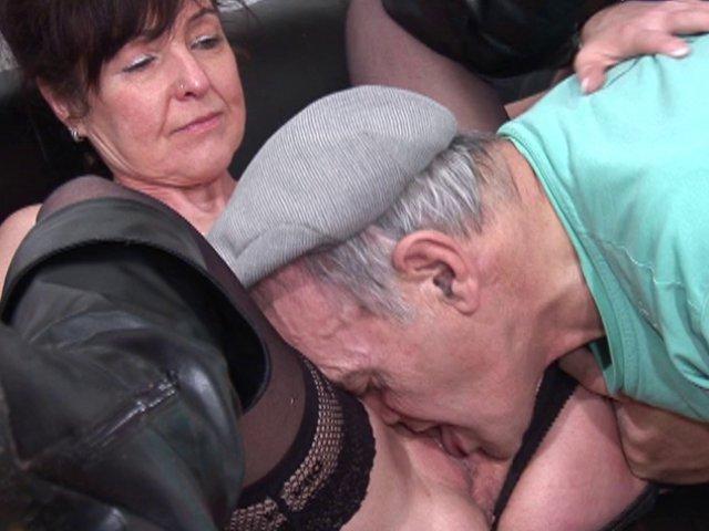 Des patients dont un vieux encule une vieille salope dans la salle d'attente
