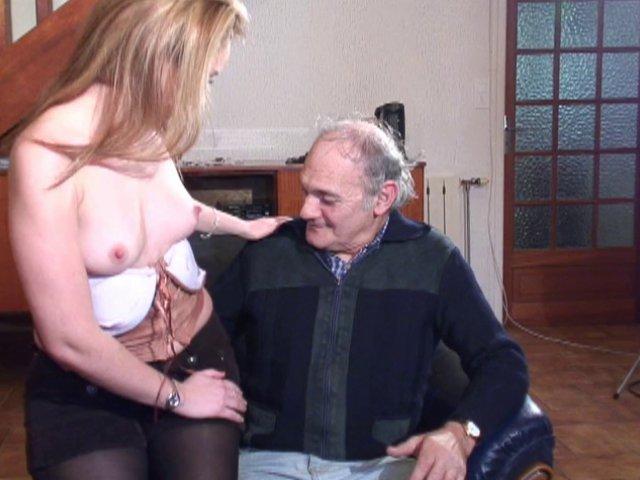 Jeune salope et grand-père pervers à voir dans cette vidéo amateur
