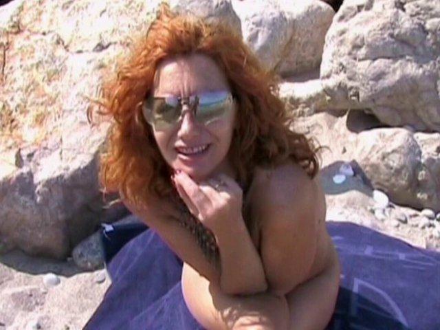 Rouquine en chaleur baisée en pleine plage