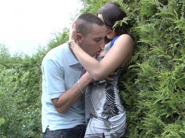 Cette rousse a trouvé des mecs pour baiser