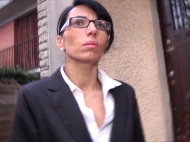 Sexy agent immobilier baisée lors d'une visite