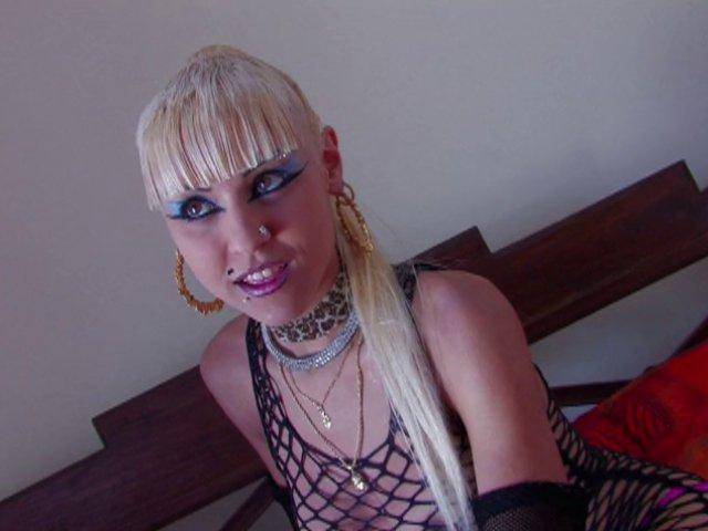 Blonde salope en chaleur fait un trio porno