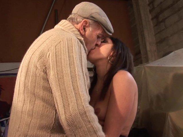Grand-père encule une étudiante pour du beurre